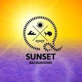 Gul solnedgång med yttersida för lilavattenhav Royaltyfria Bilder