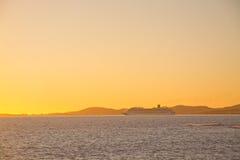 Gul solnedgång och färja Arkivfoton