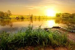 Gul solnedgång på dammet Royaltyfri Bild