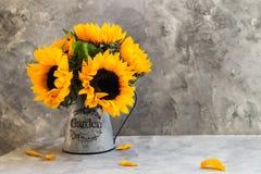 Gul solrosbukett i trädgårds- krus Royaltyfria Foton