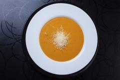 Gul soppa med grated ost Arkivbilder