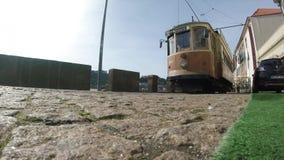 Gul spårväg på Porto stock video