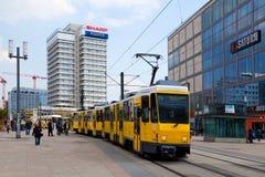 Gul spårvagn i Alexanderplatz Arkivbilder