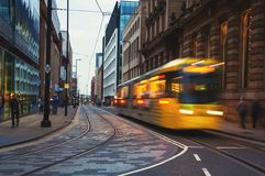 Gul spårvagn i Manchester, UK i aftonen Fotografering för Bildbyråer