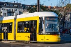 Gul spårvagn i stadsgator av Berlin royaltyfri foto