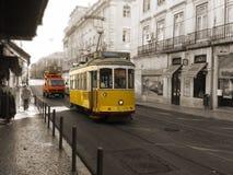 Gul spårvagn och medel som cirkulerar i Lissabon, Portugal Royaltyfria Foton