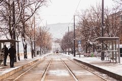 Gul spårvagn och stänger på invallningen från den Buda sidan i vinter i Budapest, Ungern royaltyfri bild