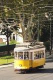 Gul spårvagn på en Lisbon gata royaltyfri fotografi