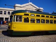 Gul spårvagn på pir 15 i San Francisco, Kalifornien USA Arkivfoto