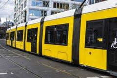 Gul spårvagn som cirkulerar i Berlin, Tyskland Arkivfoto