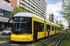 Gul spårvagn som cirkulerar i Berlin, Tyskland Royaltyfri Bild