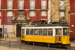 Gul spårvagn som förbigår den Azurara slotten. Lissabon. Portugal Arkivbilder