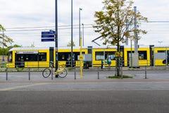 Gul spårvagn utanför den Berlin Central stationen Fotografering för Bildbyråer