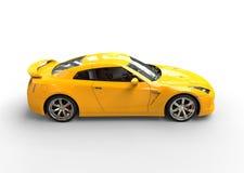 Gul sportbil på vit bakgrund - sidosikt Arkivfoto