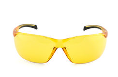 Gul sportsolglasögon som isoleras på vit Arkivfoto