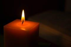 Gul stearinljus i mörkret Royaltyfria Bilder