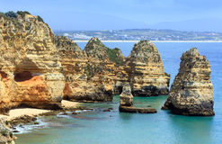 Gul stenig kust & x28; Lagos Algarve, Portugal& x29; Royaltyfri Foto