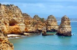 Gul stenig kust & x28; Lagos Algarve, Portugal& x29; Arkivbild