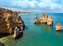Gul stenig kust & x28; Lagos Algarve, Portugal& x29; Arkivfoton