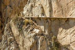 Gul stenvägg med rostiga klämmor, El Camino del Rey, Malaga, Royaltyfri Foto