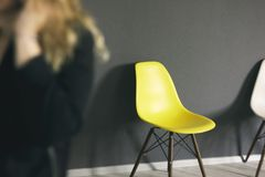 Gul stol mot den svarta väggen, detaljer av den moderna kontorsinre Royaltyfria Bilder