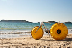Gul strandcykel Royaltyfri Foto