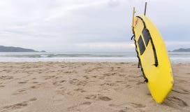 Gul surfingbräda på den Patong stranden, Phuket, Thailand skärm ett ord Royaltyfri Fotografi