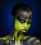 Gul svart flicka för målarfärgmakeupskönhet arkivbild