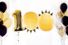 Gul svart heliumballong nummer hundra 100 Fotografering för Bildbyråer