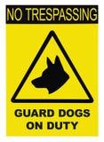 Gul svart triangel inget inkräkta tecken för vaktDogs On Duty text, isolerad stor detaljerad closeup arkivfoto