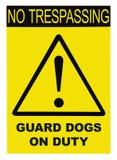 Gul svart triangel inget inkräkta tecken för varning för vaktDogs On Duty text, vertikal stor detaljerad isolerad makroCloseup stock illustrationer