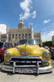 Gul tappningbil i Kuba Arkivbild