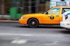 Gul taxi i Manhattan i rörelsesuddighet Royaltyfri Bild
