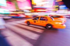 Gul taxi i NYC i rörelsesuddighet Royaltyfria Foton