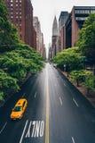 Gul taxi på vägen i New York royaltyfria foton