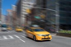 Gul taxirörelsesuddighet i New York City Royaltyfri Bild