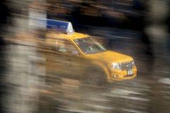 Gul taxitaxi på hastighet royaltyfria foton