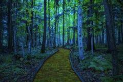 Gul tegelstenväg som leder till och med en spöklik mörk skog royaltyfri illustrationer