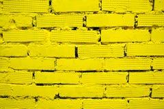 Gul tegelstenvägg för bakgrund och textur royaltyfri foto