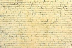 Gul tegelstenvägg från de osedda raderna för anteckningsbokpapper för bakgrund mellanrum isolerad white för spiral Textur av murv Arkivfoto