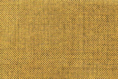 Gul textilbakgrund för mörker med schackmodellen, closeup Struktur av tygmakroen royaltyfria foton
