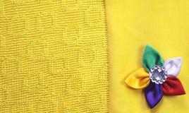 Gul torkduk med den sydde blomman Royaltyfria Foton