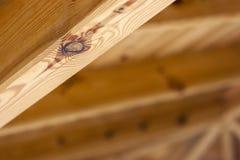 Gul träbeståndsdel från closeupen för takstruktur Royaltyfri Bild