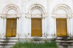 Gul träforntida dörr Arkivfoto
