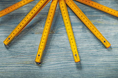 Gul trämeter på wood conc bakgrundskonstruktion för tappning Arkivfoton