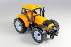 Gul traktormodell, leksak som isoleras på vit bakgrund royaltyfri fotografi
