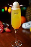 Gul tropisk alkoholcoctail eller lemonad med garnering Royaltyfri Fotografi