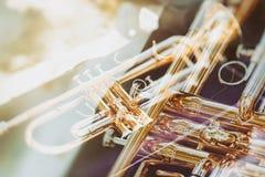 Gul trumpet för musik som ligger på silkespapperasken Royaltyfri Bild