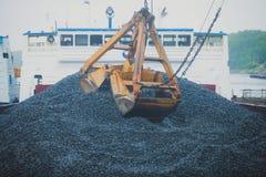Gul tung grävskopa och bulldozer som gräver sand och arbete under vägarbeten och att lasta av sand och vägmetall Royaltyfri Fotografi