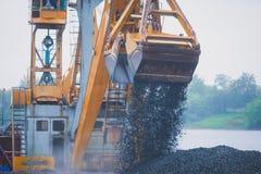 Gul tung grävskopa och bulldozer som gräver sand och arbete under vägarbeten och att lasta av sand och vägmetall under tankeskape Royaltyfri Foto